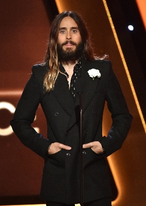 Jared Leto cambia look: via i capelli